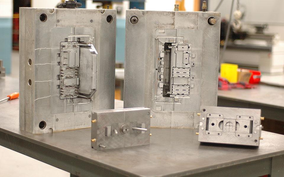 Verschiedene Formwerkzeuge für den Kunststoffspritzguss
